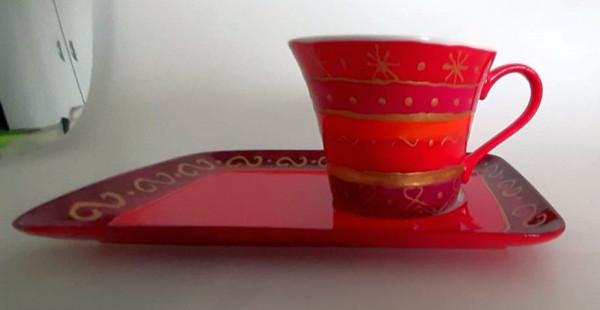 Tasse in rot und gold bemalt mit rechteckiger Untertasse