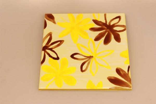Untersetzer aus bemalter Keramik: gelbe und braune Blüten