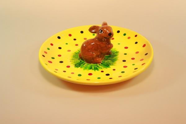 Platte mit braunem Hase