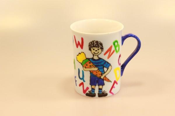 Trinkbecher aus Porzellan, Junge mit Schultüte und Buchstaben