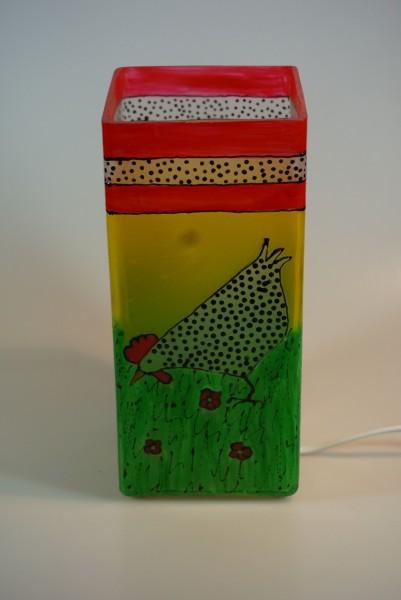 Tischlampe aus bemaltem Glas mit Motiv Hühner auf Wiese